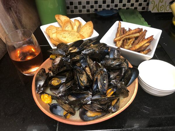 mussels and frites plated
